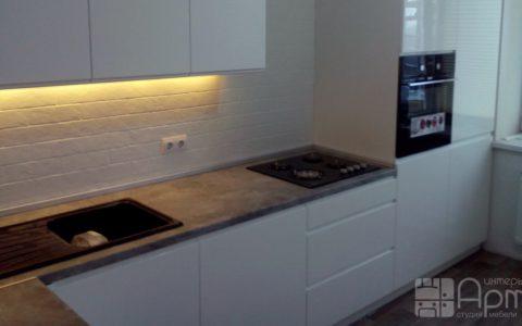 Фото белой угловой кухни с пеналом