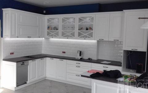 Фото угловой белой кухни в стиле кантри
