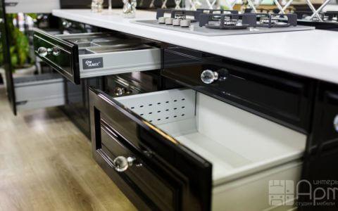 Фото кухни с фасадами из МДФ с глянцевым покрытием черного цвета