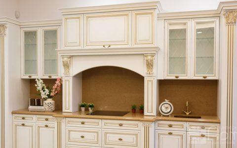 Фото белой кухни в классическом стиле с фасадами из массива дерева