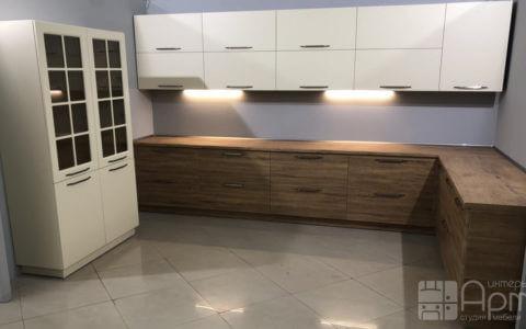 Фото угловой кухни с комбинированными фасадами