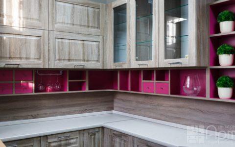 Фото угловой кухни с фасадами из массива дерева