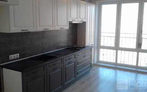Фото кухни с комбинированными фасадами и пеналом