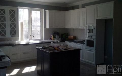 Фото п-образной кухни с островом и окном перед мойкой