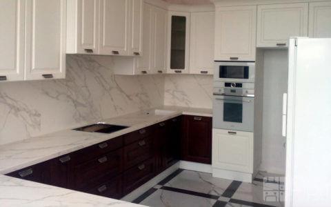 Фото п-образной кухни с комбинированными фасадами