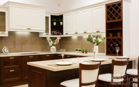 Фото п-образной кухни с фасадами из массива