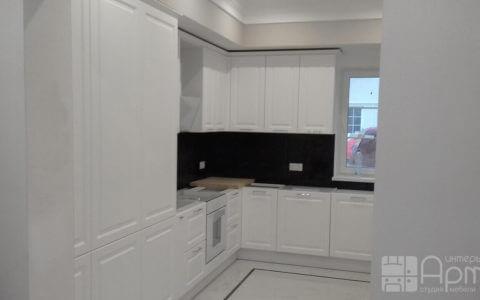 Фото угловой кухни перед окном