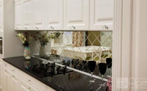 Фото белой кухни с фартуком из зеркала