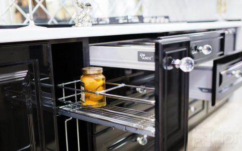 Фото кухни с бутылочницей и ящиками с доводчиками