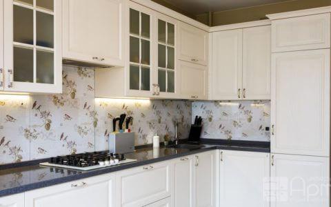 Фото угловой кухни со стеклянным фартуком