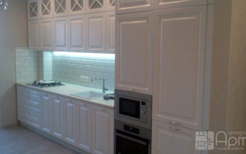 Фото кухни в стиле кантри со встроенным холодильником