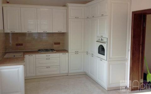 Фото п-образной кухни белого цвета с пеналом