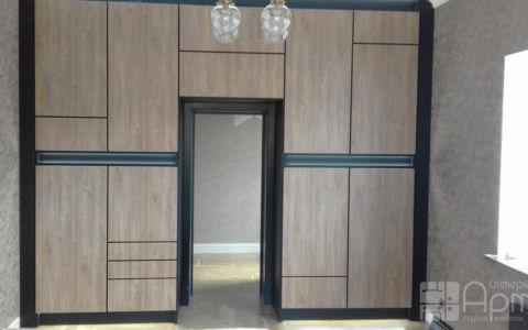 Фото встроенного шкафа с подсветкой фасадов