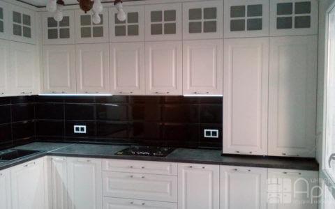 Фото угловой кухни белого цвета с пеналом