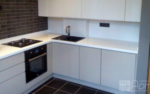Фото белой встроенной угловой кухни